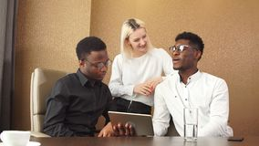 Afro- grabb och hans medarbetare som utgör ett plan stock video