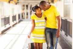 Afro het Amerikaanse paar winkelen royalty-vrije stock afbeeldingen