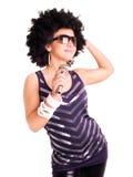 afro holdingmikrofon över sångarewhite Royaltyfri Foto