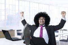 Afro kierownik świętuje jego sukces Zdjęcie Stock