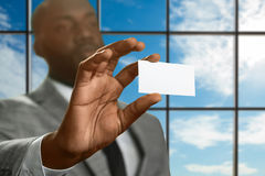 Afro kierownik pokazuje ID kartę Zdjęcia Royalty Free