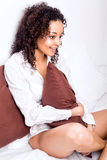 Afro kobieta relaksuje w łóżku Fotografia Stock