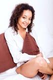 Afro kobieta relaksuje w łóżku Obraz Stock