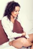 Afro kobieta relaksuje w łóżku Fotografia Royalty Free