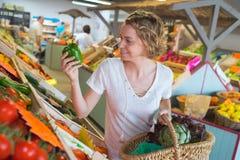 Afro kobieta robi zakupy organicznie owoc i veggies Zdjęcia Royalty Free