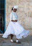 Afro kobieta ubierał z typowym odziewa w Hawańskim Obrazy Stock