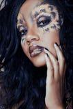 Afro kobieta z lampartem uzupełniał Obrazy Royalty Free