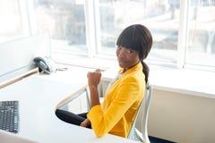 Afro kobiety amerykański obsiadanie przy stołem w biurze Obraz Royalty Free