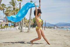 Afro kobiety amerykański taniec na plażowej mienie chuscie Obraz Royalty Free