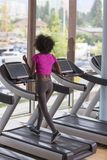 Afro kobiety amerykański bieg na karuzeli Zdjęcia Stock