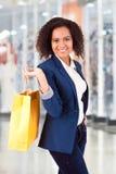 Afro kobiety mienia torba na zakupy Zdjęcia Royalty Free