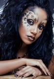 Afro- kvinna med leopardsmink Royaltyfri Bild