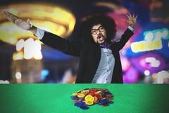 Afro mężczyzna świętuje jego wygranie w kasynie zdjęcia royalty free