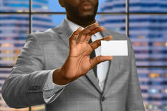 Afro mężczyzna demonstruje wizyty kartę Obraz Stock