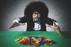 Afro mężczyzna gubi w grzebaka uprawiać hazard obrazy stock
