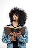 Afro mężczyzna myślący rozwiązanie z książką w ręce Obrazy Royalty Free