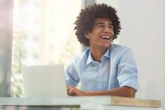 Afro mężczyzna używa laptop Zdjęcia Royalty Free