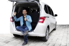 Afro mężczyzna z kciuka up i nowym samochodem Obrazy Stock