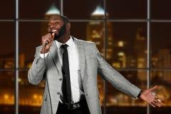 Afro mężczyzna z mikrofonu śpiewem Zdjęcie Stock