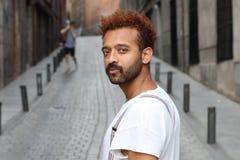 Afro- man med neutralt uttryck utomhus fotografering för bildbyråer