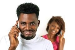 Afro- man på mobiltelefonen Arkivfoton