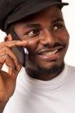 Afro- man på mobiltelefonen Arkivbild