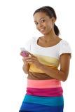 afro mobil telefon som ler genom att använda kvinnan Arkivfoton