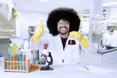 Afro naukowiec pokazuje aprobaty Obrazy Royalty Free