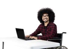 Afro niepełnosprawny uczeń używa laptop Fotografia Stock