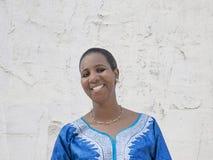 Afro piękno jest ubranym tradycyjną suknię, Obraz Royalty Free