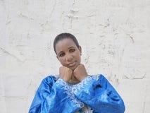 Afro piękno jest ubranym tradycyjną suknię w ulicie Obrazy Royalty Free