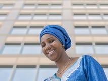 Afro piękno jest ubranym tradycyjnego chustka na głowę Obraz Royalty Free