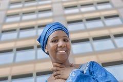 Afro piękno jest ubranym tradycyjnego chustka na głowę Zdjęcie Stock