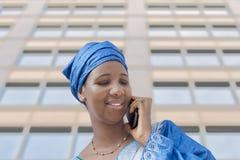 Afro piękno jest ubranym tradycyjnego chustka na głowę Fotografia Royalty Free