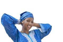 Afro piękno jest ubranym tradycyjnego chustka na głowę, odizolowywającego Fotografia Royalty Free