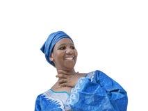 Afro piękno jest ubranym tradycyjnego chustka na głowę, odizolowywającego Zdjęcia Royalty Free