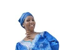 Afro piękno jest ubranym tradycyjnego chustka na głowę, odizolowywającego Obrazy Stock