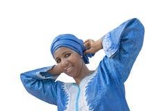 Afro piękno jest ubranym tradycyjnego chustka na głowę, odizolowywającego Zdjęcie Royalty Free
