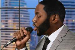 Afro piosenkarz z mikrofonem Zdjęcia Royalty Free