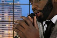 Afro piosenkarz z oczami zamykającymi Zdjęcie Royalty Free