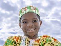 Afro- pojke som ler, tio gamla år, isolerat royaltyfri fotografi