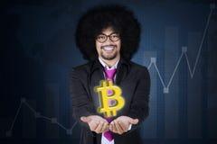 Afro przedsiębiorca pokazuje bitcoin symbol Zdjęcie Royalty Free