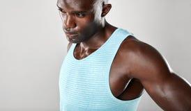 Afro sprawności fizycznej amerykański model patrzeje oddalony i główkowanie Obraz Royalty Free