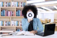 Afro studencki krzyczeć przy kamerą Zdjęcie Stock