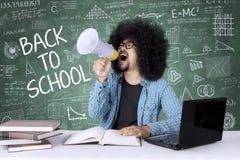 Afro student collegu z megafonem i skrobaninami Zdjęcie Stock
