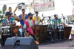 Afro tana Kubański zespół bawić się muzykę na scenie Zdjęcie Stock