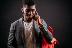 Afro uczeń słucha ulubiona muzyka na słuchawkach Zdjęcie Stock