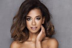 Afro- ung kvinna för skönhet royaltyfri foto