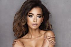 Afro- ung kvinna för skönhet Royaltyfria Foton