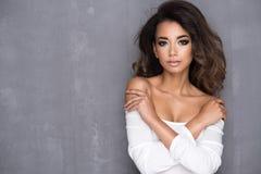Afro- ung kvinna för skönhet royaltyfri fotografi